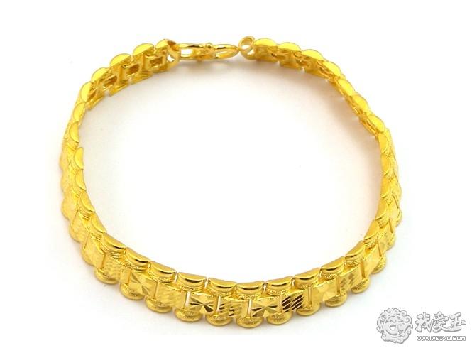 黄金首饰是指以黄金为主要原料制作的首饰。黄金的化学符号为Au,比重为17.4,摩氏硬度为2.5。黄金首饰从其含金量上可分为纯金和K金两类。纯金首饰的含金量在99%以上,最高可达99.99%,故又有九九金、十足金、赤金之称。K金首饰是在其黄金材料中加入了其它的金属(如银、铜金属)制造而成的首饰,又称为开金、成色金。由于其它金属的加入量有多有少,便形成了K金首饰的不同K数。K数的大小与含金量如下:24K,99%以上;22K,91.