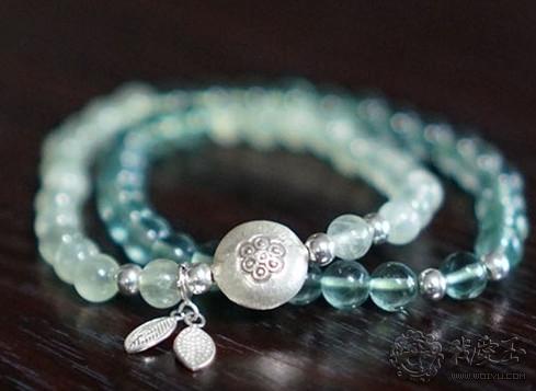 绿萤石和葡萄石的串珠被打磨得圆润饱满