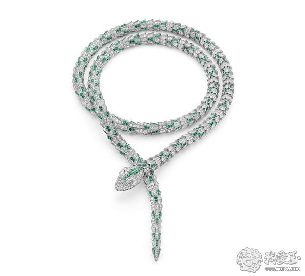 鳞片的设计在视觉上让人感觉这条手链的柔韧而减少了珠宝的刚硬.