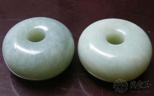 岫玉内部不存在气泡,而少部分玉髓的结构内会含有气泡;岫玉是属透闪石