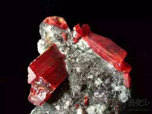 当二氧化钛晶体(即金红石,发晶,钛晶,草莓晶中的物质)在磷灰石中扩散